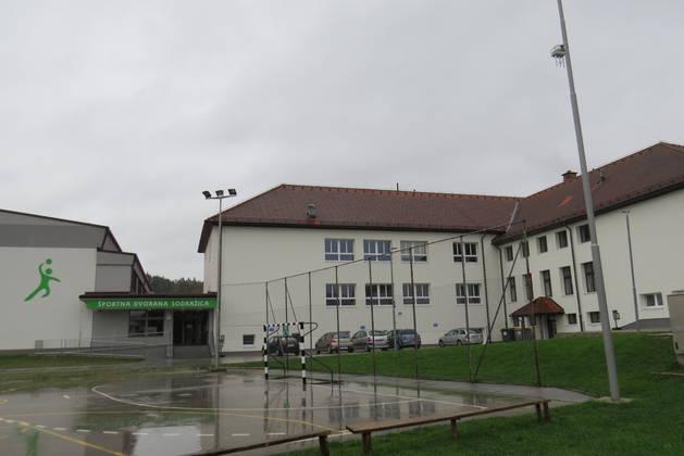 Zadnja stran šole, kjer je vhod v nedolgo tega zgrajeno športno dvorano. Foto: Simona Fajfar