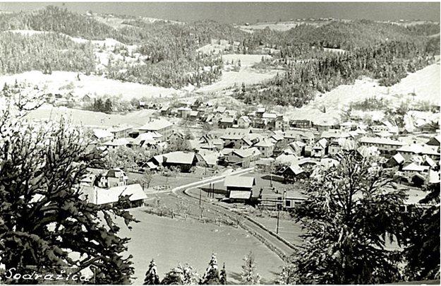 Sodražica, odposlana 1965, Foto Drago Mohar, Ribnica na Dolenjskem. Pogled na Sodražico z hriba proti Loškemu potoku. Kot vidimo takrat še ni bilo tovarne Donit ali kasnejše Pletilnice.
