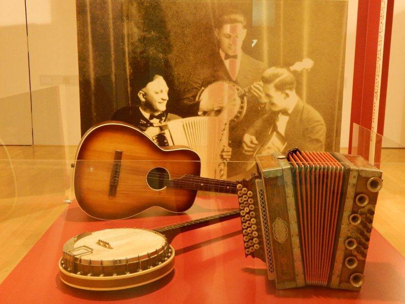 V Hoyer triu so združili precej neobičajne inštrumente: harmoniko, bendžo in kitaro. Foto: Simona Fajfar